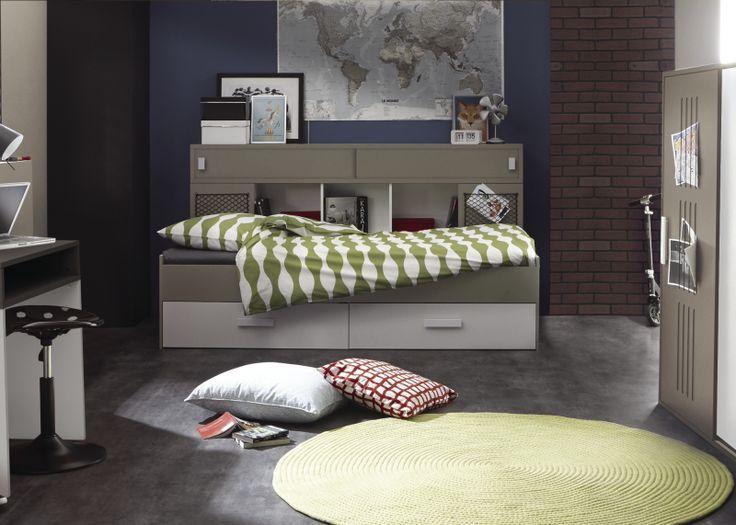 Gave en stoere tienerkamer met een bed met veel opbergruimte en matrasmaat 90 x 200 cm. Een stoere en ruime kast en een bureau. Het bed en de kast hebben accenten met touwtjes en netjes. De kleuren grijs zijn van dezelfde kleurwaarde (kwartsgrijs).Een mooie, gave en stoere omgeving waar de tiener alles heeft om op te groeien en het helemaal zelf in te richten.