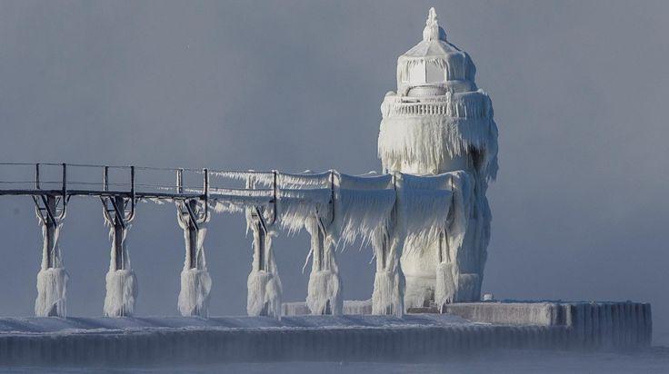 HELADO. Las condiciones climáticas extremas causan acumulación de hielo que cubre el faro y el muelle de St. Joseph, en la costa sureste del lago Michigan, el lunes 19 de diciembre de 2016, en St. Joseph, Michigan, EE.UU. (Robert Franklin / South...