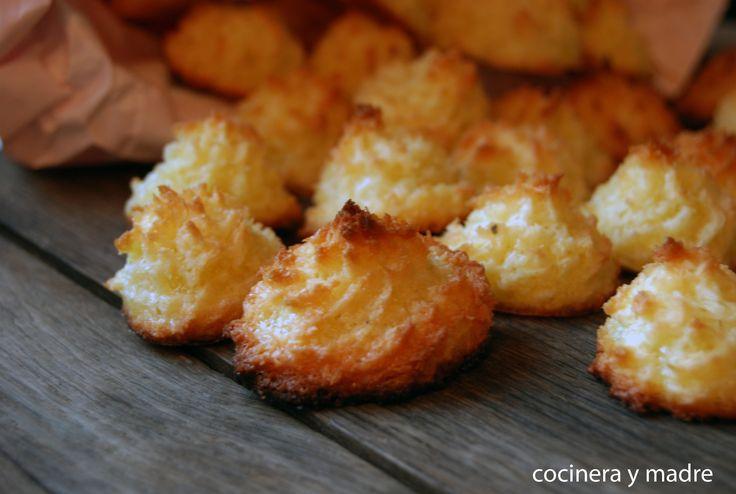 Esta es una receta casera para preparar fácilmente coquitos o cocaditos, unos bocados dulces con sabor a coco y de lo más deliciosos. Típicos de Navidad.