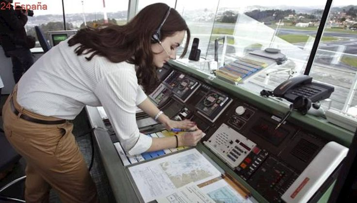 Aterriza de emergencia un avión en Alvedro por un posible infarto