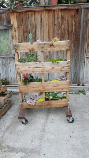 Plantar made from reclaimed palette