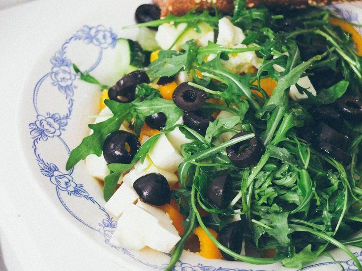 """Я ленива. Я не готовлю то, что требует от меня больше, чем 20-30 минут моего внимания. А этот салат из серии """"что есть в холодильнике"""" вообще делается за 7 минут.  Перец + огурцы + маслины + моцарела + руккола + [оливковое масло + соль + перец]  #рецепт #рецепты #вкусно #полезно #фотоеды #салат #kindcook"""
