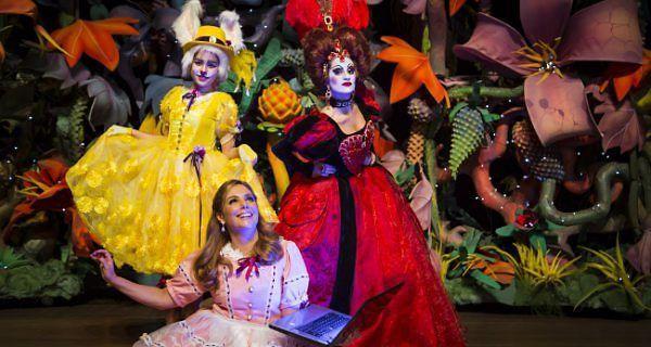"""#ESTREIA Imagine se Alice, #Chapeleiro Maluco e Rainha de Copas vivessem nos dias de hoje? O espetáculo """"Alice no país da internet – O Musical"""" conta exatamente essa história, com Heloisa Périssé no papel de Alice, adolescente que não larga o celular, e suas filhas, Antonia e Luisa Périssé, como a rainha e a coelha. Dias 2/9 e 3/9, às 16h, no #TeatroBradesco. Ingressos: R$50 a R$120. Crianças até 2 anos não pagam e de 2 a 15 pagam meia. Informações e ingressos AQUI: htt"""