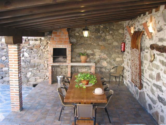 Barbacoa con comedor exterior realizado en piedra y madera - Barbacoa exterior ...