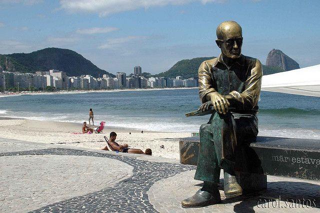 A estátua de bronze do poeta brasileiro Carlos Drummond de Andrade na praia de Copacabana, no Rio de Janeiro - Brasil