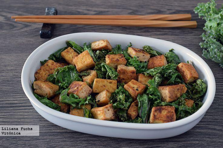 Receta de salteado rápido y fácil de tofu y kale con sésamo. Receta saludable y ligera. Con fotos del paso a paso, consejos y sugerencias de degustación