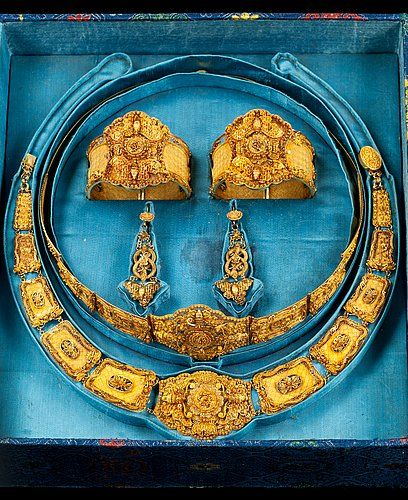A set of gold jewelry, China 19th century.  2 bracelets, pair of earrings, necklace and tiara. In original box.
