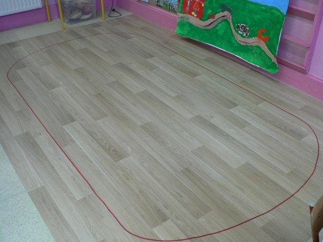 mon ellipse tracée au marqueur sur du lino et qui mesure 2m x 3m, suffisamment grande pour 23 enfants et éventuellement la maîtresse.