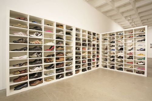 Adam Chodzko M-path, 2005-2007 300 paia di scarpe, scaffali, volantini/ 300 pairs of shoes, shelves, flyers dimensioni variabili / variable dimensions installaz