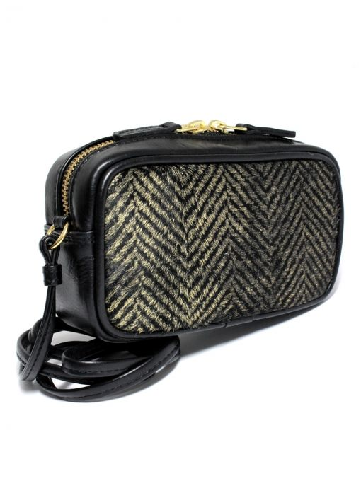 Extremely elegant small handbag. Handbag is made of the highest quality italian leather in gold and black herringbone and leather upper in black. From the inside it is decorated with jacquard, red lining. The whole suspended on a thin strip ended snap hooks, which can be removed. PRICE: 94.77 € http://goshico.com/skorzana-torebka-do-reki-i-na-ramie-fancy.html