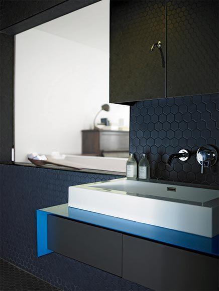 Zwarte badkamer met twee douchekoppen   Inrichting-huis.com