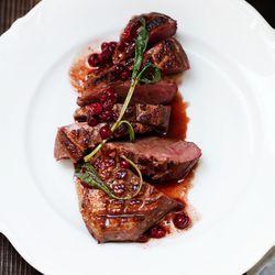 ZTRDG.nl kookt recepten in het seizoen en maakt eendenborst met cranberry-jus en salie. Lees meer op ZTRDG.nl.