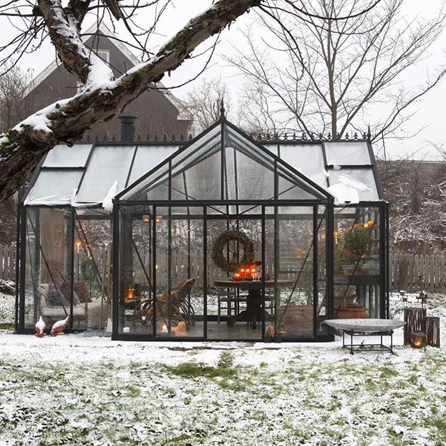 I dag sender vi juleutgaven til trykk, her er er lite glimt fra et besøk i er orangeri i Oslo som brukes nesten hele året. #levvakkert #julemagi #beautiful #jul #orangerie #lysthus #drivhus #inspirasjon #christmas #uterom #uterommet2015 #letitsnow #snø #julen2015 #stemning #inspiration Foto: @espengronli. #solarium