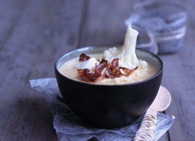Blomkålsuppe med chili, rømme og bacon i en skål
