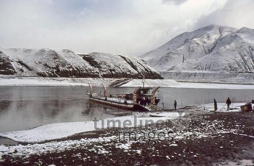 Yarlung Tsangpo und Fähre in Tibet, 1986 RalphH/Timeline Images #1980s #80s #80er #Tibet #TAR #Tibeter #Tibetans #Fluss #Winter #Himalaya #Boot #Boat #River