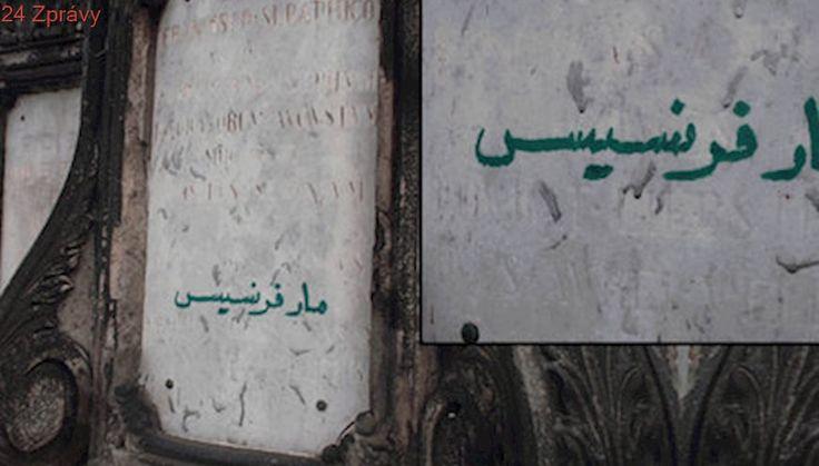 Arabský nápis na Karlově mostě! Cizinec »počmáral« sochu, strážníci ho chytili