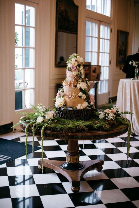 Musgo y mas musgo para dar la sensación de bosque encantado y un pastel de bodas tan bello como delicioso.