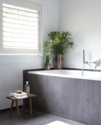 vloertegels tegen bad en stucwerk op badkamer, leuk idee