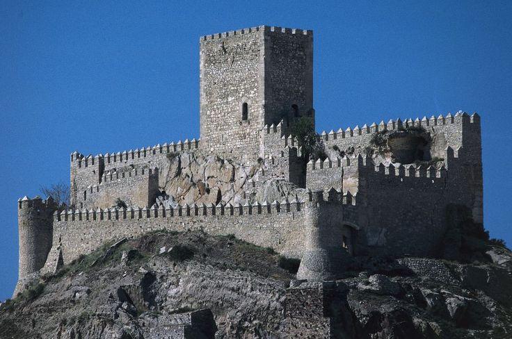 """Gótico sobre el almohade anterior, y a punto de ser demolido en 1919 por su """"estado ruinoso"""". Se salvó y hoy es uno de los más representativos de Castilla-La Mancha. Asentado sobre el cerro del Águila, la escalera de caracol tallada en la roca que lleva a la terraza de la torre está considerada un buen ejemplo del gótico civil."""