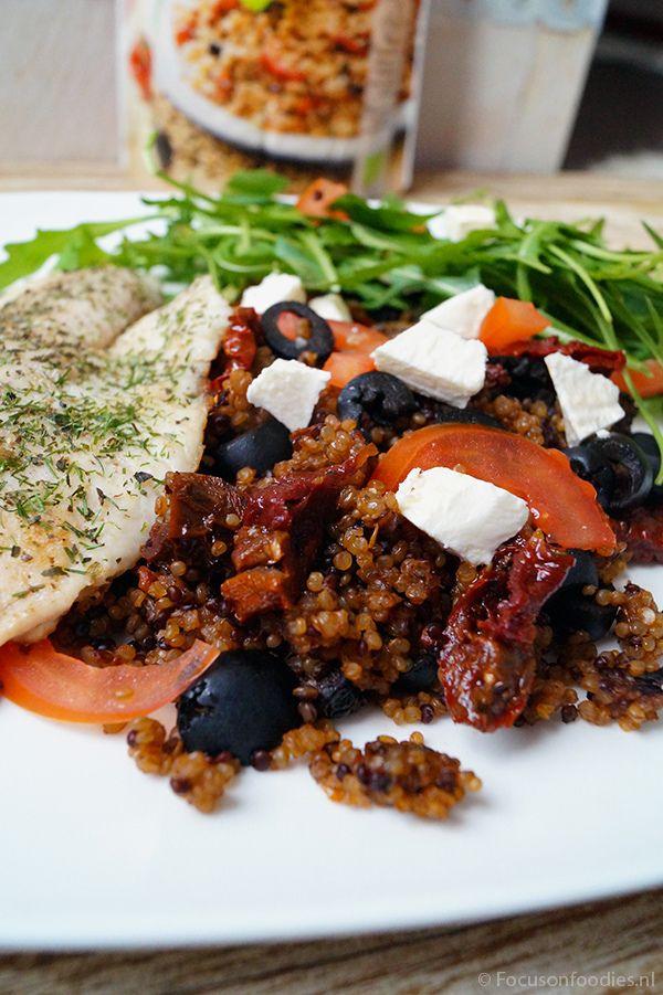 Snelle avondmaaltijd met Quinoa met olijf en tomaat, rucola en tilapia