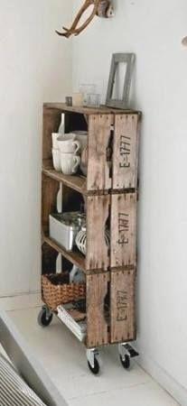 Palety i stare skrzynki to jedne z najwdzięczniejszych materiałów do samodzielnego konstruowania mebli. Oto pomysł na kredens złożony ze zwykłych drewnianych skrzynek po owocach. Bez problemu stworzycie go samodzielnie.