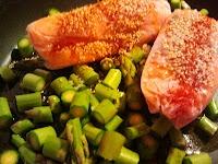 salmão acridoce   com   espargos selvagens