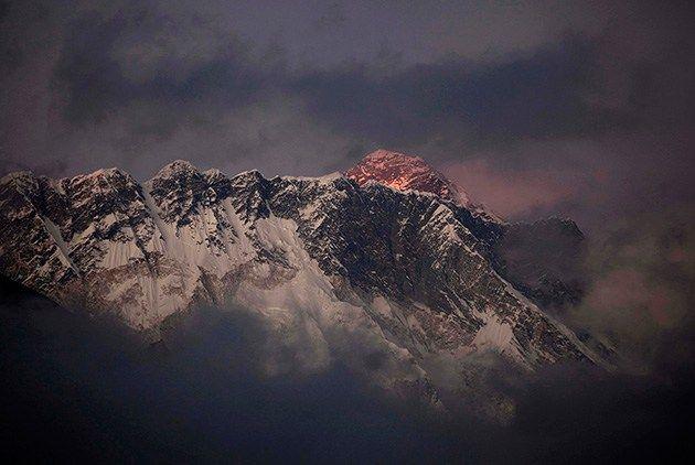Foto: AP (Nepal, 03 de marzo. AP).— Los desperdicios humanos que dejan los alpinistas en el Everest se han convertido en un problema de contaminación y amenazan con extender enfermedades en la montaña más alta del mundo, señaló el martes el jefe de la asociación de alpinismo nepalí. Los más de 700 montañeros y guías