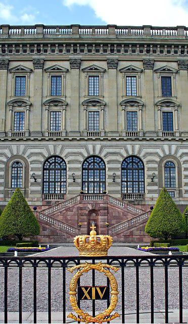#travel #sweden #stockholm Le Palais Royal est la résidence officielle de Sa Majesté le Roi de Suède et l'un des plus grands palais d'Europe. Il a été en grande partie construite au XVIIIe siècle dans le style baroque italien. Visitez les salles de réception avec des intérieurs splendides, Rikssalen, et Ordenssalarna de la Reine Kristina (Halls des ordres de Chevalerie). Vous pouvez aussi voir le musée Gustave III des Antiquités, le Musée de Tre Kronor, le Trésor et l'Armoirie.