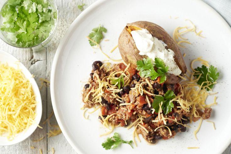 Een heerlijke pittige klassieker uit Mexico, maar dan in een snelle versie! Chili con carne met een gepofte zoete aardappel, zure room en cheddar erbi...
