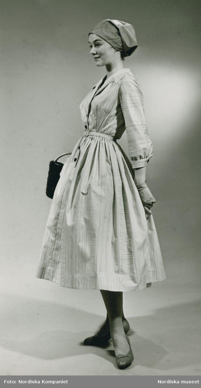 Brud och Hem, 1957. Modell i klänning och sjalett, väska och handskar. Foto: Erik Holmén för Nordiska Kompaniet