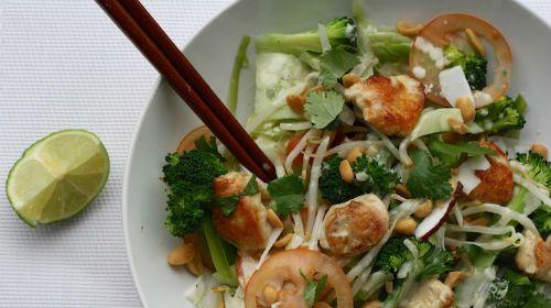 Verzot op Thais eten? Deze lauwwarme Pad Thai salade zit bomvol knapperige groenten met daarbij blokjes kip, een kokos-limoen dressing, versgemalen kokos en natuurlijk gehakte pinda's. En deze gezonde hap is ook nog eens heel makkelijk thuis te maken.