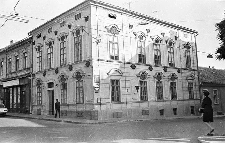 Ferencesek utcája (Sallai utca) 31. sz. ház, jobbra a Várady Antal utca torkolata.