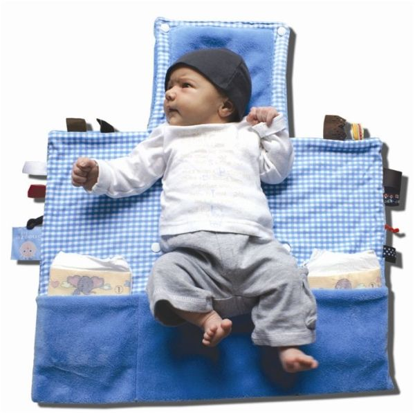 Snoozebaby luier verkleedkit dolphin blue uit de online shop van Babyaccessoires.eu, met de handige labeltjes die de tastzin en motoriek van je baby'tje helpen ontwikkelen.