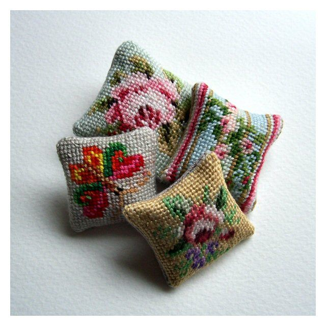Small needlepoint pin cushions, with links for four patterns, which the blogger writes also make up nicely into greeting cards. From openhouseminiatures 12th scale.