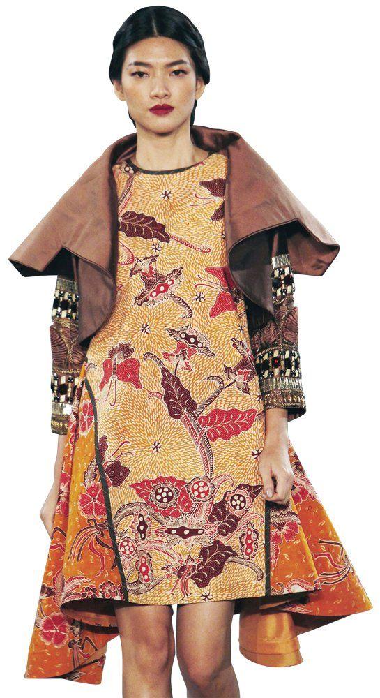Designer Denny Wirawan launches his new batik collection, Balijava