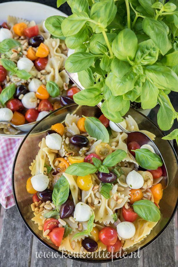 Deze zomerse pastasalade caprese is supermakkelijk om te maken! Heerlijk bij de barbecue, als lunchgerecht, of neem hem mee naar een picknick in het park.