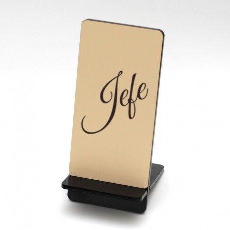 Base personalizada con un texto, en metacrilato y acrílico impactado bicolor para el teléfono móvil que se puede colocar sobre una mesa, un escritorio, una mesita de noche, para cargar el teléfono.