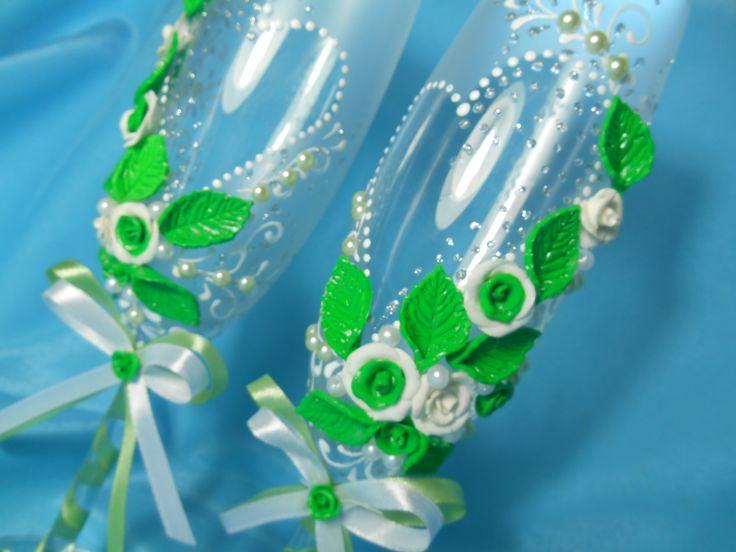 Бокалы ручной работы для свадьбы в белом и зеленом цвете.