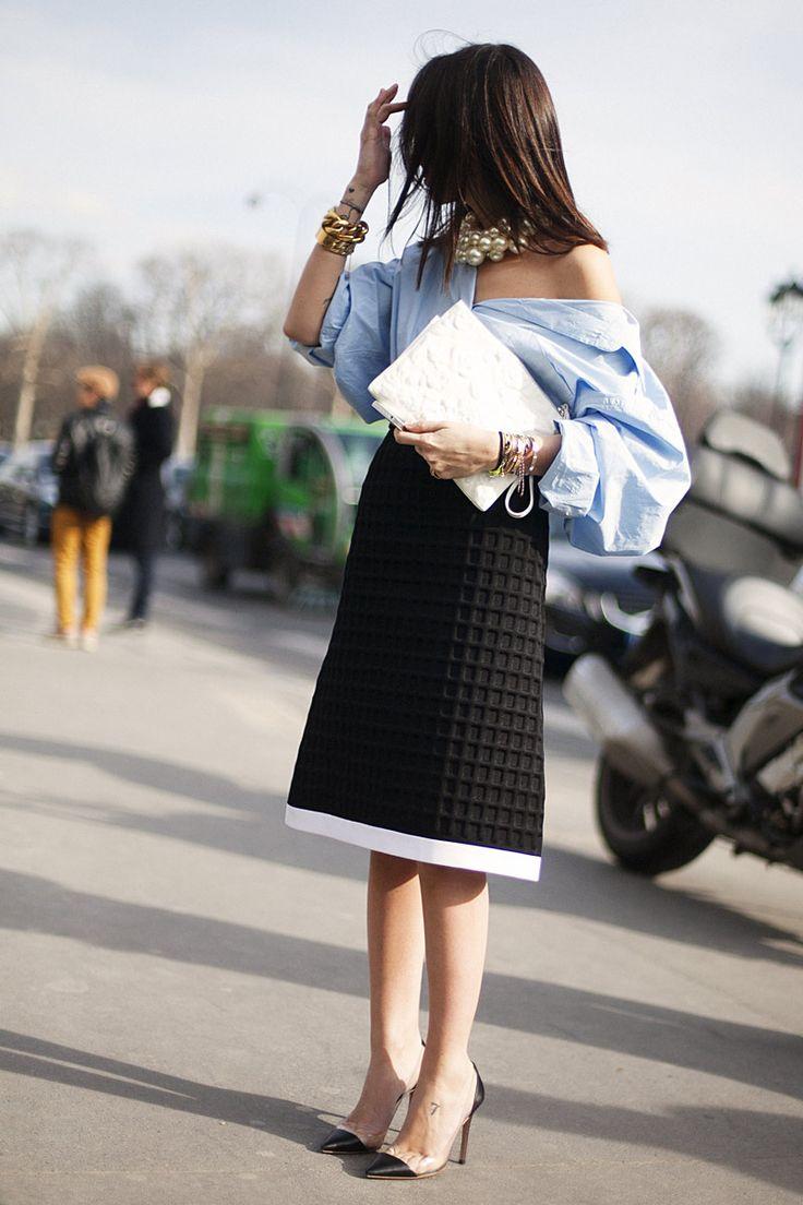 """Es difícil impresionarme de esta manera... Esta camisa  """"superoversize"""" me ha eneamorado!! Junto a la falda y el collar maxi, un look impresionante de la cabeza a los pies.   Fotos de street style en Paris Fashion Week: Natasha Goldenberg"""