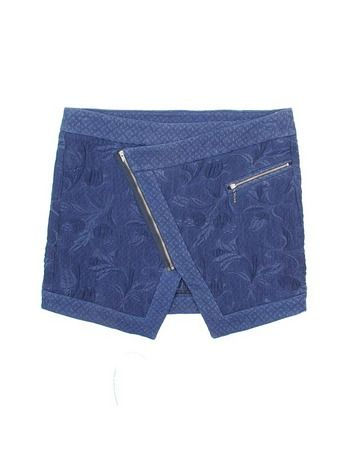 Minifalda asimétrica, de Bershka (29,99 €).