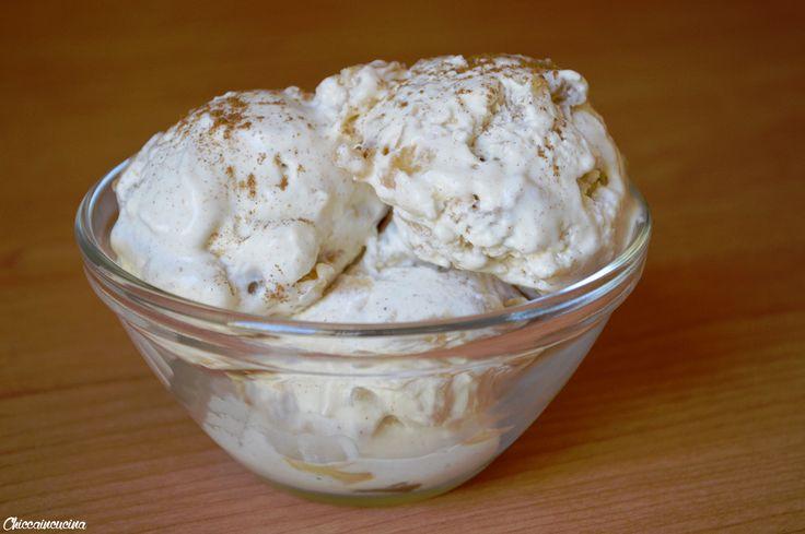 Questo gelato alla mela e cannella senza gelatiera è una vera perla di golosità. Se amate i dolci alla mela e cannella dovete assaggiare questo gelato!
