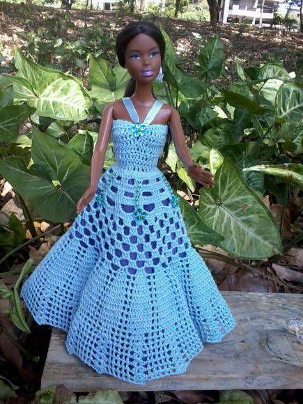 Vestido todo em croche feito com linha 100% algodão na cor azul claro e forro de tnt roxo, decorado com miçangas, canutilhos e flores brilhantes, alças em fita de setim e com botões em miçangas azuis. R$ 30,00