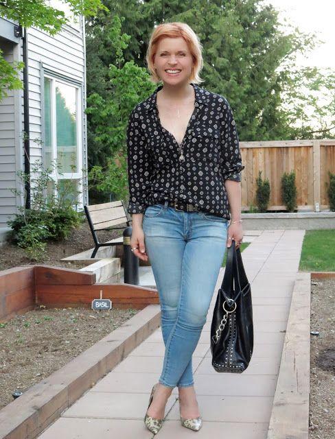 укладка черный узорчатую рубашку с выцветшими обтягивающие джинсы, животных печати насосы, и Michael Kors шипованных мешок