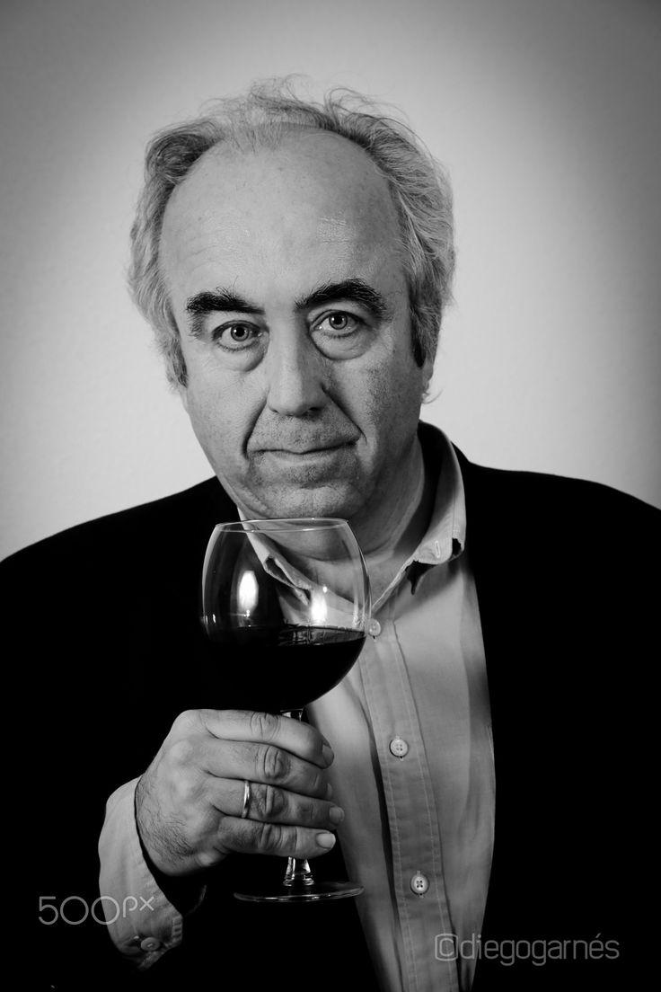Wine person - Retrato de Francisco Carreño Sandoval, presidente del Consejo Regulador de Bullas, Murcia. Portada número uno de la revista Wine&Music.