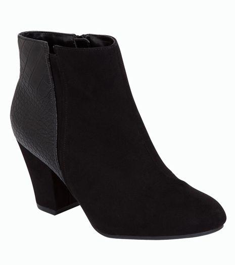 Fekete, vastag sarkú bokacsizma, ami ideális mindennapi viselet.