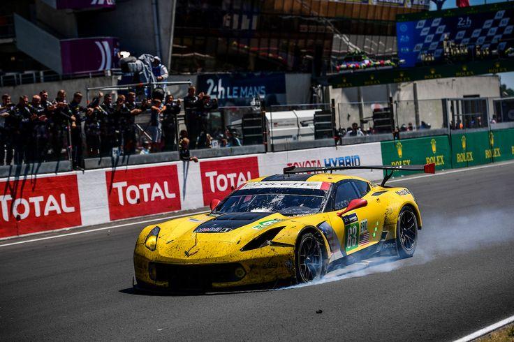 """O espírito de Le Mans: Jordan Taylor cruza a linha de chegada em """"três rodas e meia"""" para terminar a prova em 3º lugar na LMGTE-PRO"""