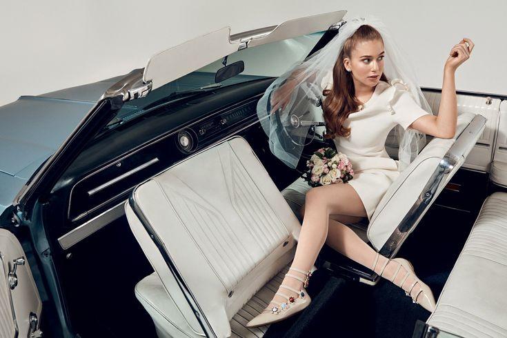 Marina Ruy Barbosa usa vestido e sapatos da Fendi; véu da Nanna Martinez na WhiteHall; brincos da H.Stern; pulseira da Ava; meias da Wolford; e buquê da Florinda.SP (Foto: Gil Inoue/Vogue Noiva)
