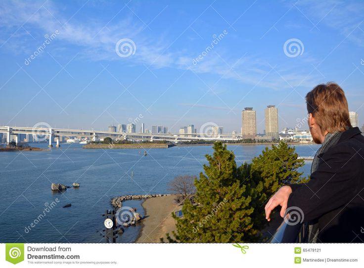 Hombre Joven Que Mira El Puente Del Arco Iris En La Ciudad De Tokio Japón - Descarga De Over 62 Millones de fotos de alta calidad e imágenes Vectores% ee%. Inscríbete GRATIS hoy. Imagen: 65479121