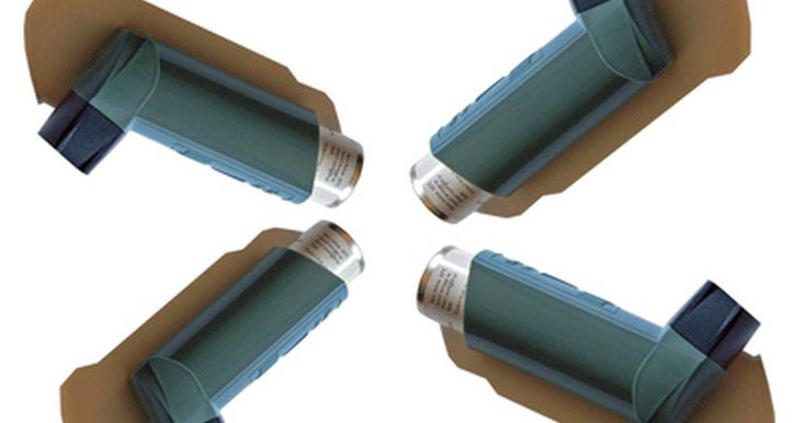 Reglas de las aerolíneas con respecto al inhalador para personas con asma. Los asmáticos usan una variedad de inhaladores con medicamentos para controlar su respiración. Aunque las reglas establecidas en la página web de la Administración de Seguridad de Transporte de los Estados Unidos (TSA, por sus siglas en inglés) dicen que todos esos inhaladores están permitidos en los aviones, es prudente tomar ciertas precauciones ...