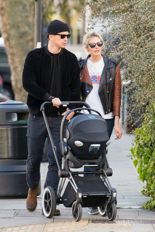 CYBEX celebrity news flash: American actor Josh Hartnett and girlfriend Tamsin Egerton enjoys a stroll in London with their 5-month old daughter snuggled in a CYBEX Priam.